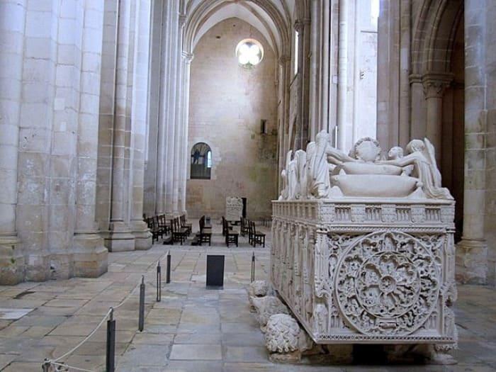 https://kulturologia.ru/files/u19001/Ines-de-Castro-throne-8.jpg
