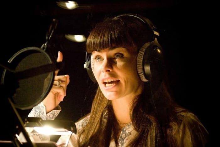 Инна Гомес в студии на записи радиоспектакля | Фото: love-psy.ru