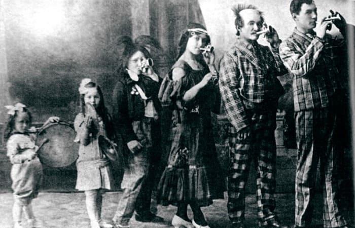 Семья цирковых артистов Жеймо (Янина слева), 1912 | Фото: udmkrai.unatlib.ru
