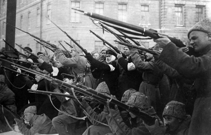 Обстрел рабочей и городской милицией полицейских, оставшихся верными присяге и оказавших сопротивление восставшим 1917 г. | Фото: e-reading.mobi