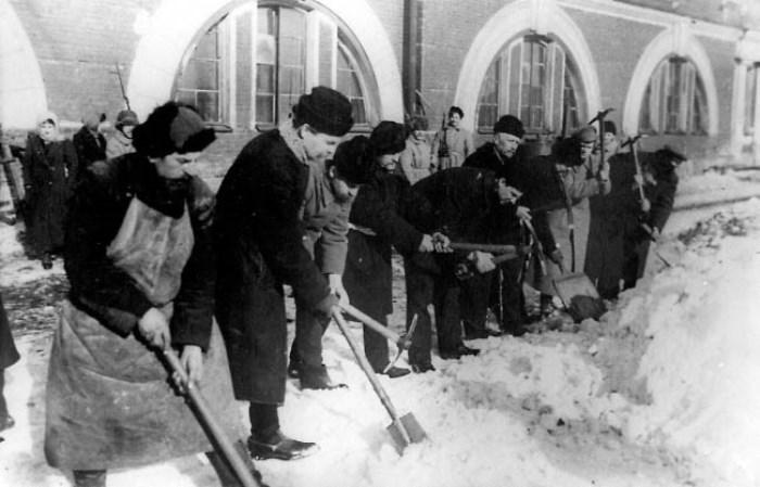 Буржуазия отбывает трудовую повинность. 1918 г. | Фото: e-reading.mobi