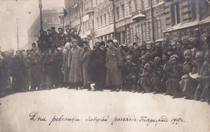 Летучий разъезд по охране порядка. Петроград, 1917 | Фото: sergievposad.bezformata.ru