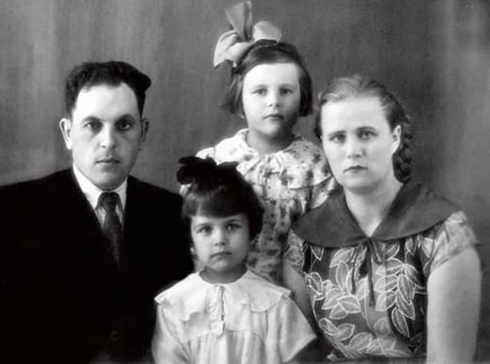 Ирина Алферова с родителями и старшей сестрой Татьяной, 1956 | Фото: rusplt.ru