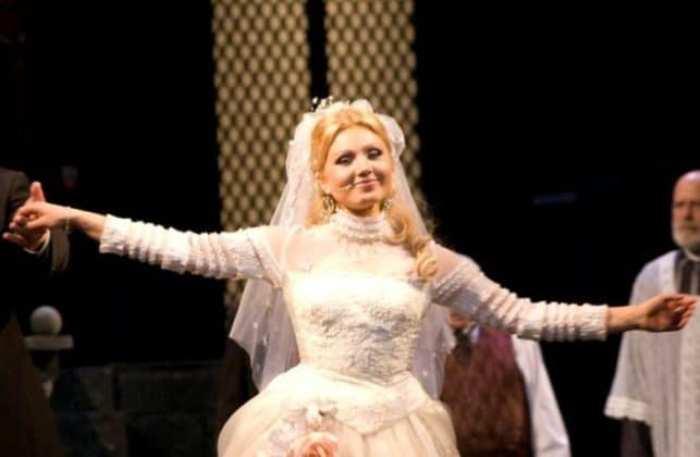 Актриса на сцене театра | Фото: biographe.ru