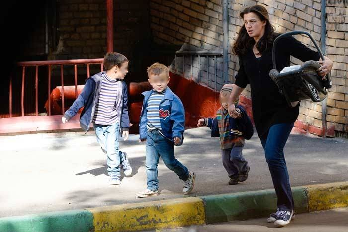 Актриса с детьми | Фото: stuki-druki.com