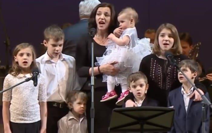 Ирина Леонова с детьми на сцене Концертного зала им. П. Чайковского | Фото: stuki-druki.com