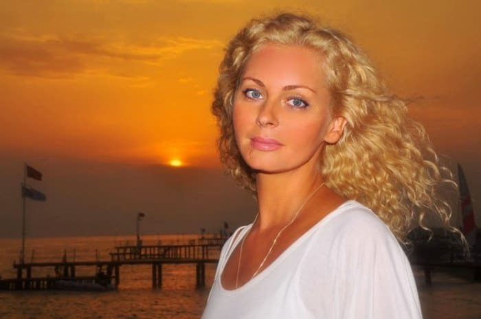 Одна из самых красивых актрис начала 1990-х гг. по-прежнему очаровательна | Фото: nastroy.net