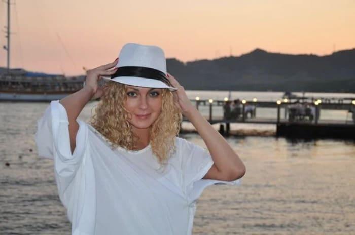 Одна из самых красивых актрис начала 1990-х гг. по-прежнему очаровательна | Фото: veasy.ru