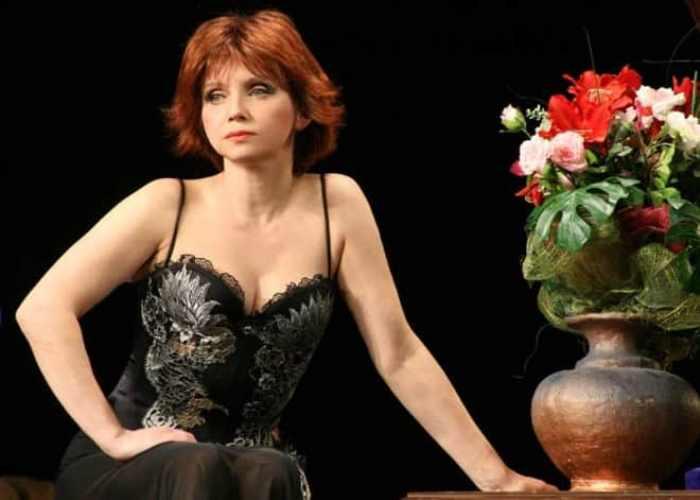 Актриса на сцене театра | Фото: kino-teatr.ru