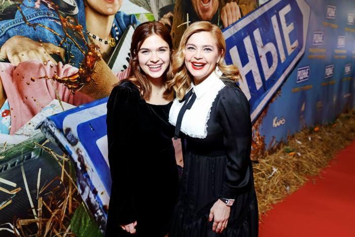 Ирина Пегова с дочерью Таней на премьере фильма *Родные*, 2021 | Фото: tele.ru