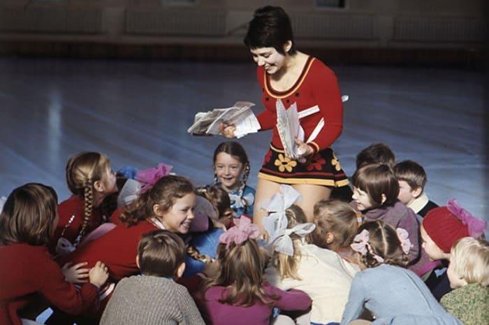 Спортсменка с юными фигуристами, 1973 | Фото: aif.ru