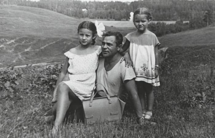 Сестры Варлей с отцом | Фото: biography-life.ru