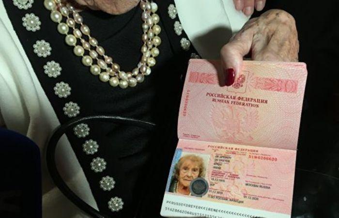В свой 100-летний юбилей баронесса фон Дрейер получила российский паспорт | Фото: ria.ru