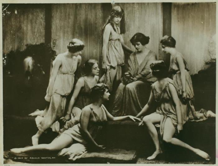 Айседора Дункан со своими ученицами, 1917 г.   Фото: idvm.eu5.org