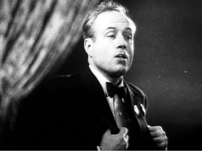 Певец в *Концерте фронту*, 1942 | Фото: kino-teatr.ru