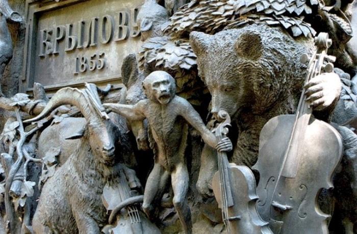 Памятник Крылову в Санкт-Петербурге. Фрагмент пьедестала | Фото: artpoisk.info