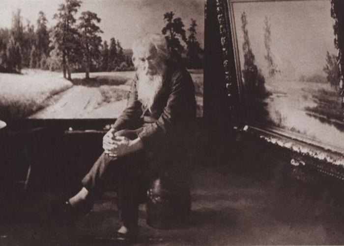 Иван Шишкин у картины *На опушке соснового леса*, 1897 | Фото: vm.ru