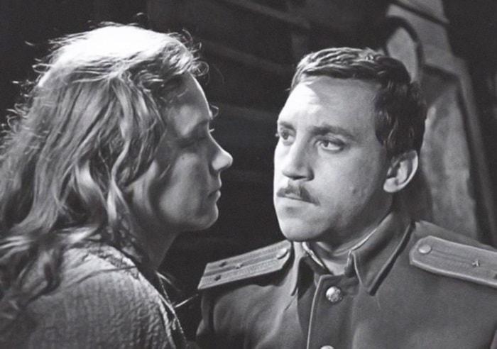 Ия Саввина и Владимир Высоцкий в фильме *Служили два товарища*, 1968 | Фото: kino-teatr.ru