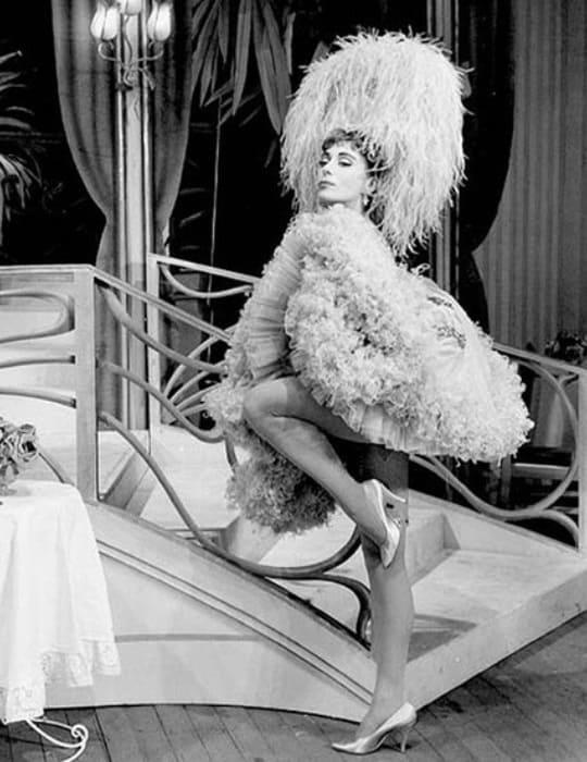 Юная Джиллиан Линн в роли Фру-Фру в оперетте Легара *Весёлая вдова* | Фото: babr24.net