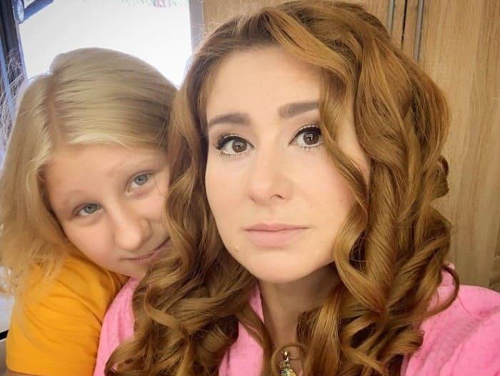 Юлия Куварзина с дочерью Лизой   Фото: starhit.ru