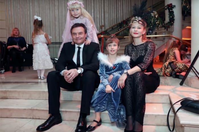 Юлия Пересильд и Алексей Учитель с детьми   Фото: spletnik.ru