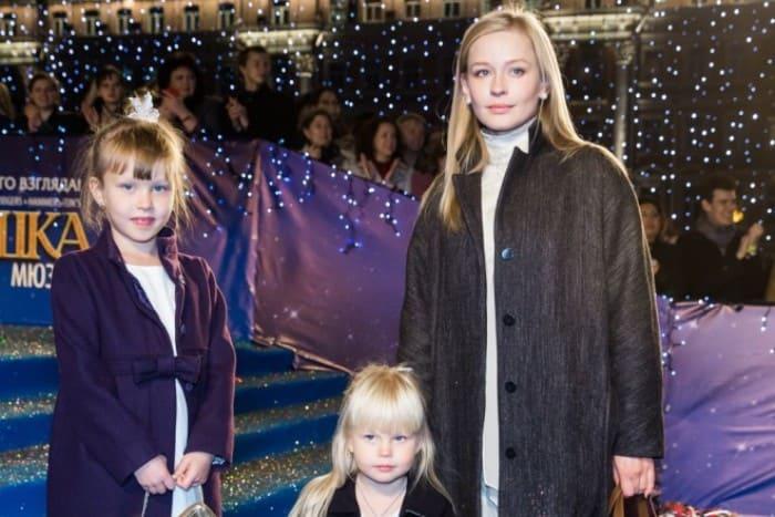 Актриса с дочерьми   Фото: rustars.tv