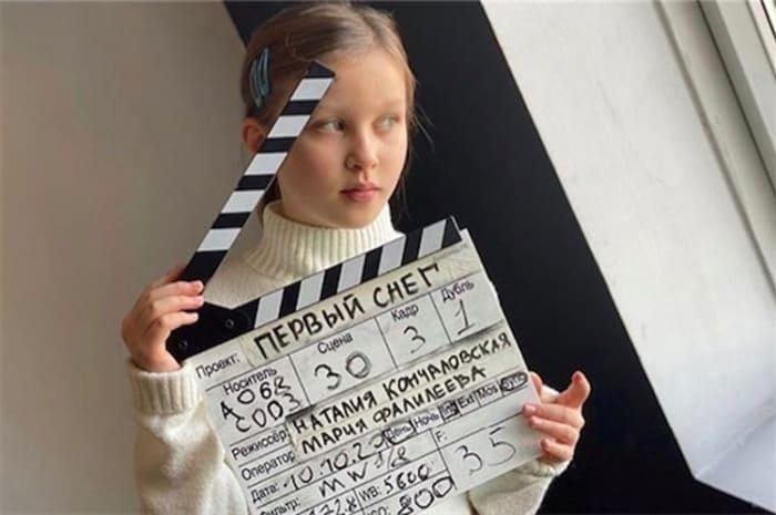 Дочь Юлии Пересильд Анна на съемках фильма *Первый снег*   Фото: ru.hellomagazine.com