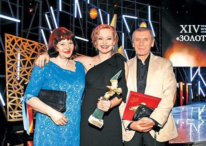Актриса с родителями   Фото: uznayvse.ru