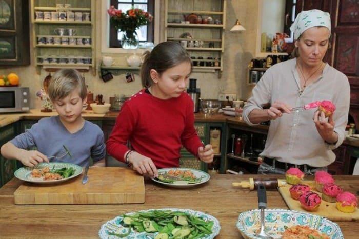 Телеведущая с детьми | Фото: starhit.ru