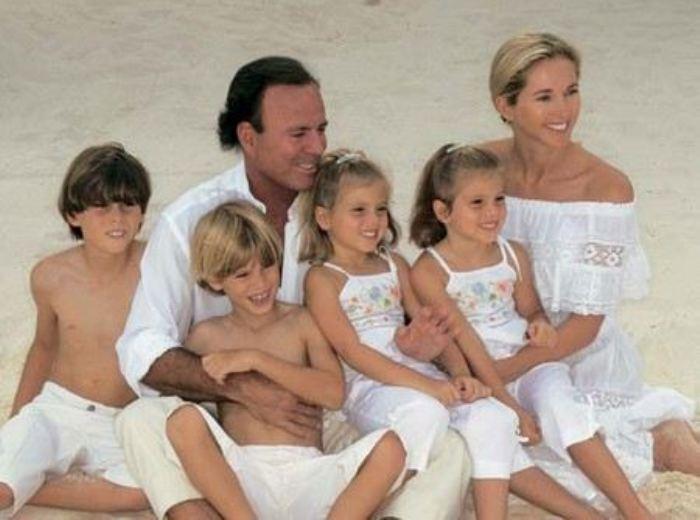 Хулио Иглесиас с женой и детьми | Фото: uznayvse.ru