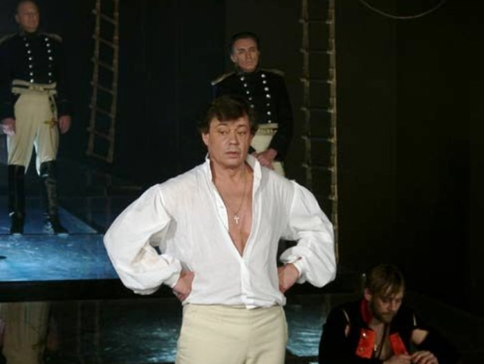 Артист на сцене театра   Фото: kino-teatr.ru