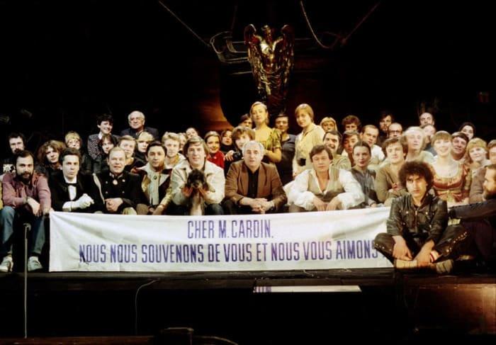 Участники спектакля перед парижскими гастролями со словами благодарности Пьеру Кардену, 1983   Фото: dubikvit.livejournal.com
