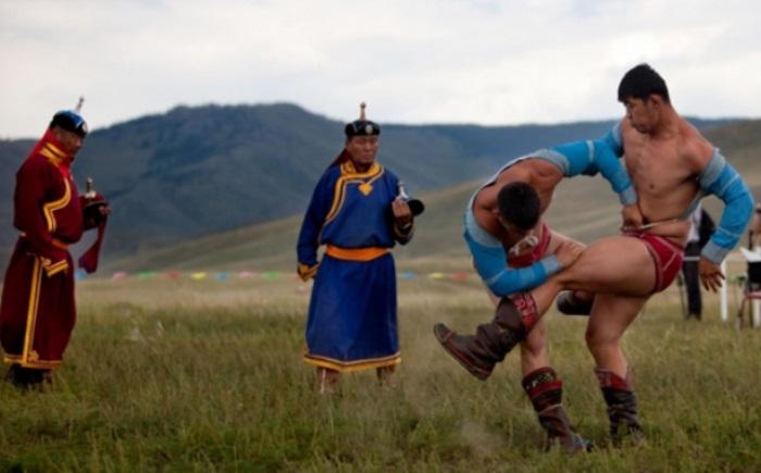 Монгольские борцы в традиционном облачении