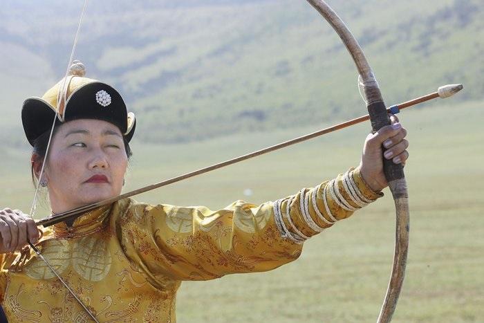 Монгольские женщины умеют стрелять из лука