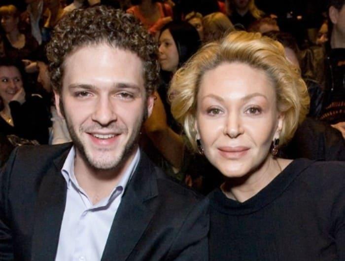 Актер с матерью, Аленой Бондарчук   Фото: kino-teatr.ru