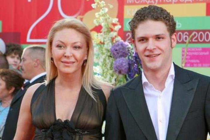 Актер с матерью, Аленой Бондарчук   Фото: 2aktera.ru