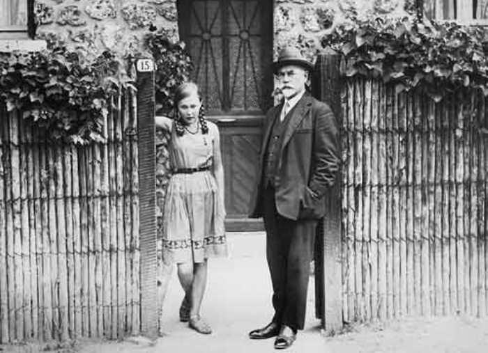 Антон Деникин с дочерью Мариной на пороге своего дома в предместье Парижа, 1933 | Фото: matrony.ru