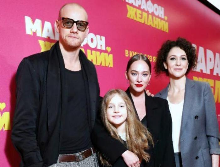 Ксения Раппопорт с дочерьми и Юрием Колокольниковым | Фото: stories-of-success.ru
