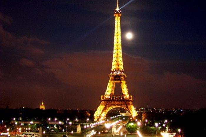 Ночью на Эйфелевой башне мигают 20 000 лампочек