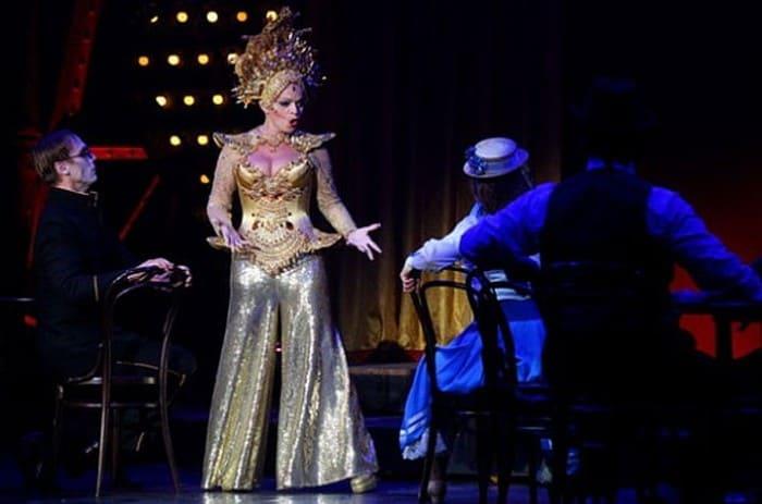 Лариса Долина в мюзикле *Любовь и шпионаж* | Фото: kp.ru