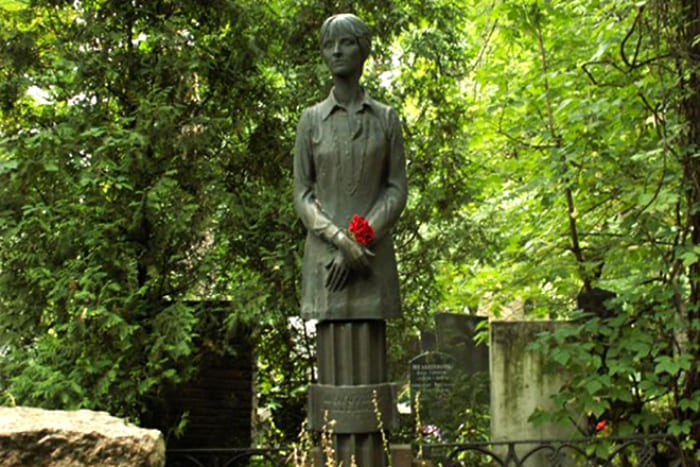 Памятник на могиле Ларисы Шепитько | Фото: 24smi.org