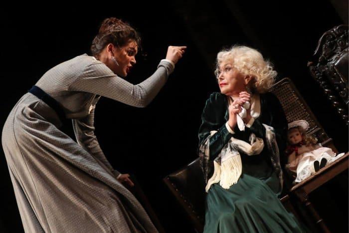 Полина Лазарева и Светлана Немоляева на сцене театра | Фото: rg.ru