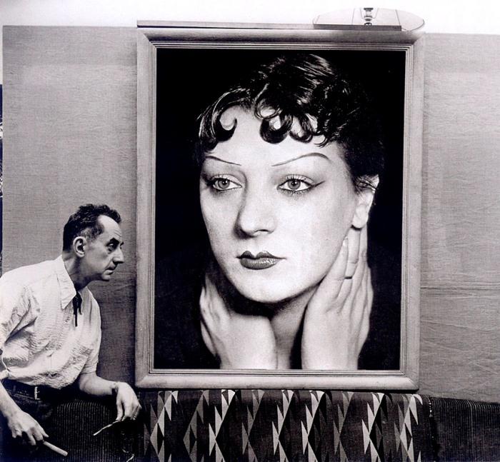 М. Сима. Ман Рэй перед портретом Кики с Монпарнаса, 1954 | Фото: theredlist.com