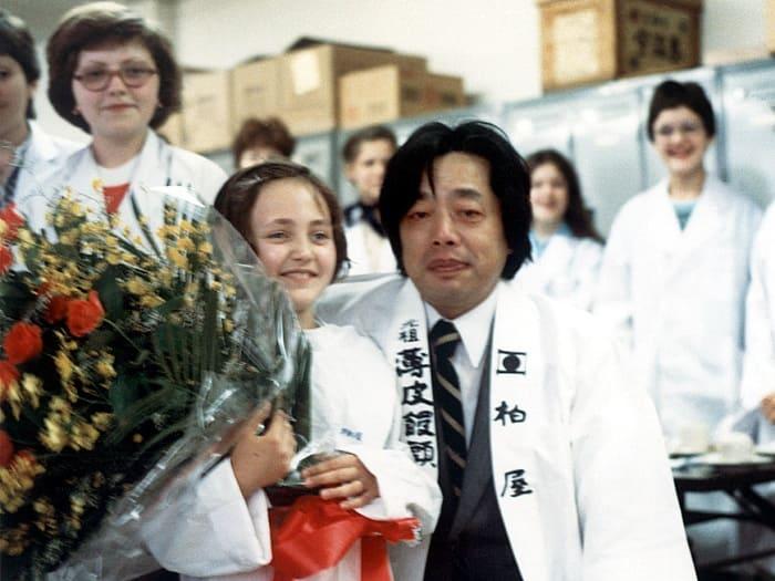 Июль 1980 года. Япония. На экскурсии по кондитерской фабрике. Лена Могучева с хозяином фабрики | Фото: bdh.ru