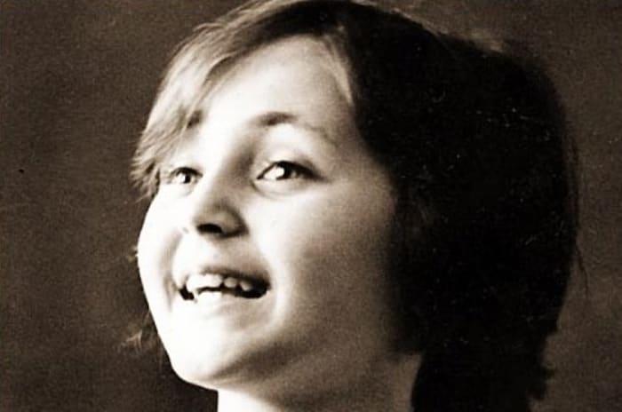 Юная звезда сцены Лена Могучева | Фото: chtoby-pomnili.net