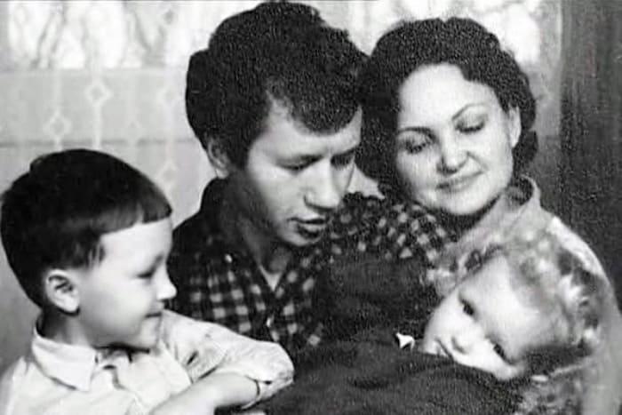 Леонид Быков с семьей   Фото: kino-teatr.ru