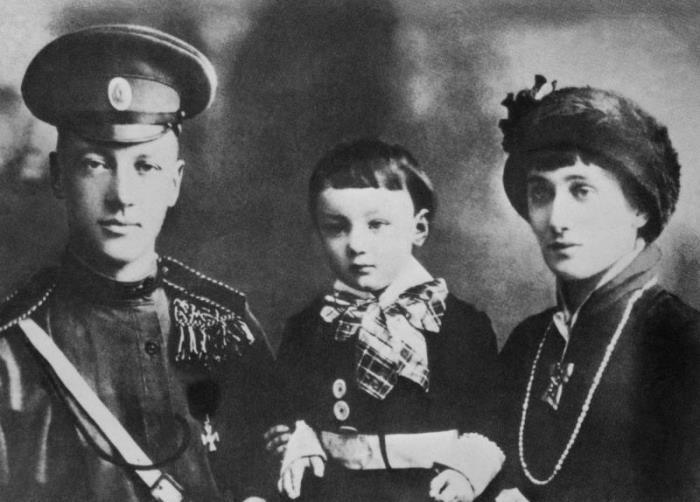 Николай Гумилев, Анна Ахматова и их сын Лев, 1915 | Фото: bibliotekar.ru