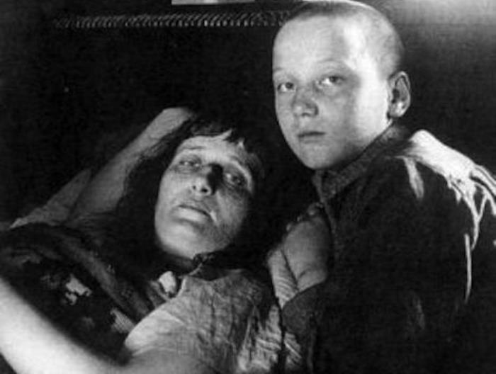 Анна Ахматова с сыном | Фото: syl.ru