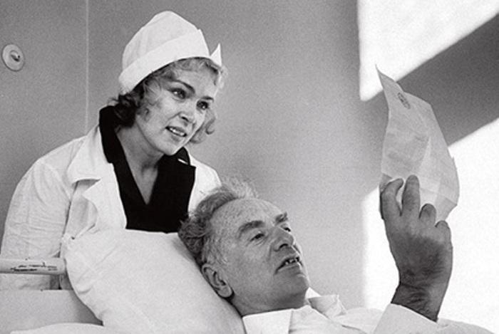 Лев Ландау читает поздравительную телеграмму о присуждении ему Нобелевской премии по физике, 1962. Рядом с ним – жена Кора | Фото: obzor.lt