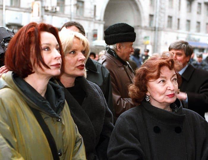 Анастасия, Марианна и Лидия Вертинские на церемонии открытия мемориальной доски Александру Вертинскому, 2002 | Фото: liveinternet.ru